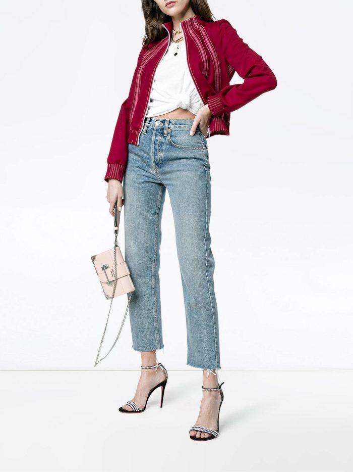 куртка марсала и синие джинсы