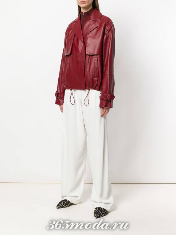 куртка марсала и белые широкие брюки