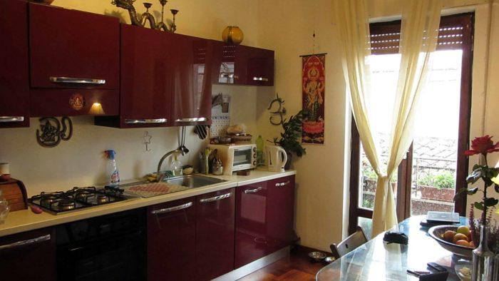 кухня цвета марсала и айвори
