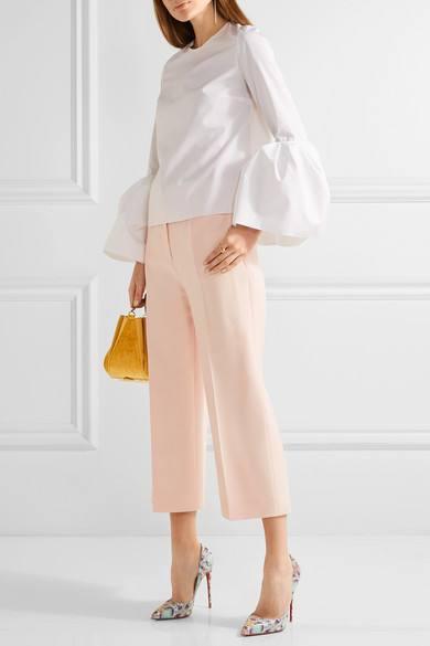 лабутены с принтом с брюками кюлотами и белой блузой