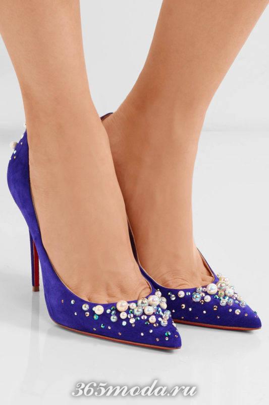 синие туфли с острым носком и декором