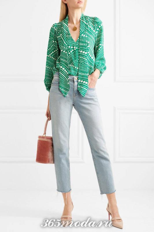 лабутены с пряжкой с джинсами и блузой с принтом