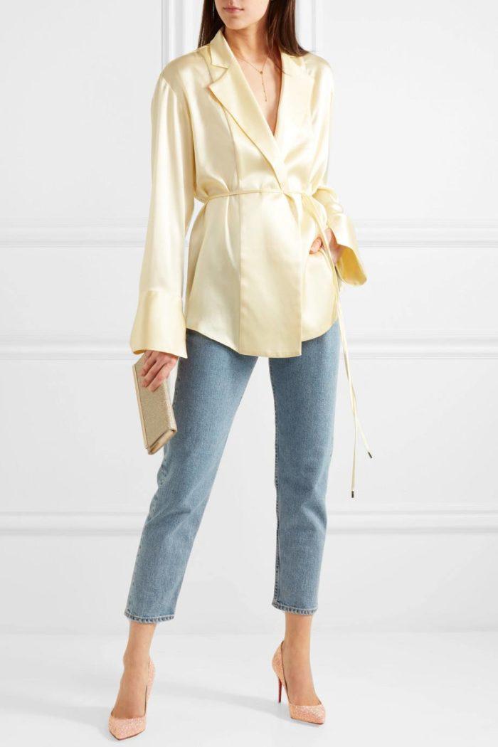лабутены: блестящие с джинсами и блузой с поясом