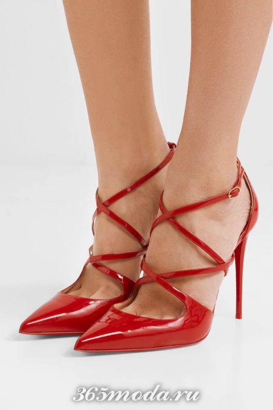 красные лаковые туфли на шпильке с переплетом