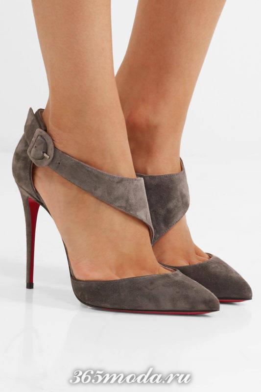 серые замшевые туфли на шпильке с ремешками
