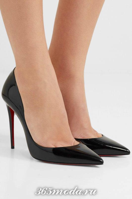 черные лаковые туфли на шпильке