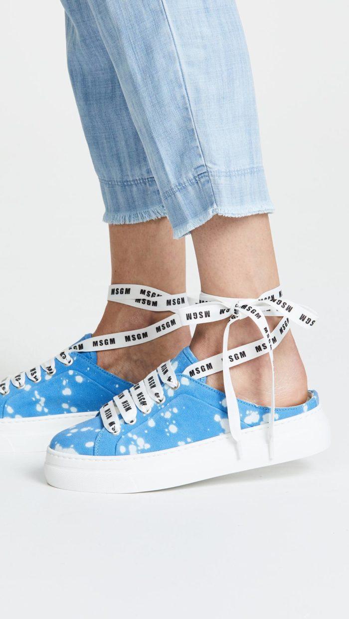 модная обувь весна 2021: кеды с принтом на завязках