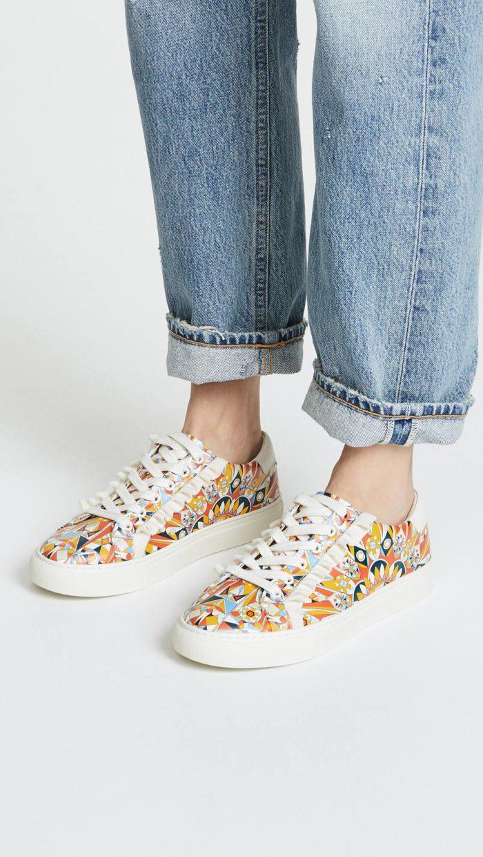 женская обувь весна лето: кеды с ярким принтом