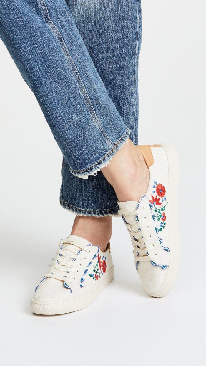 модная обувь весна 2021: белые кеды с вышивкой