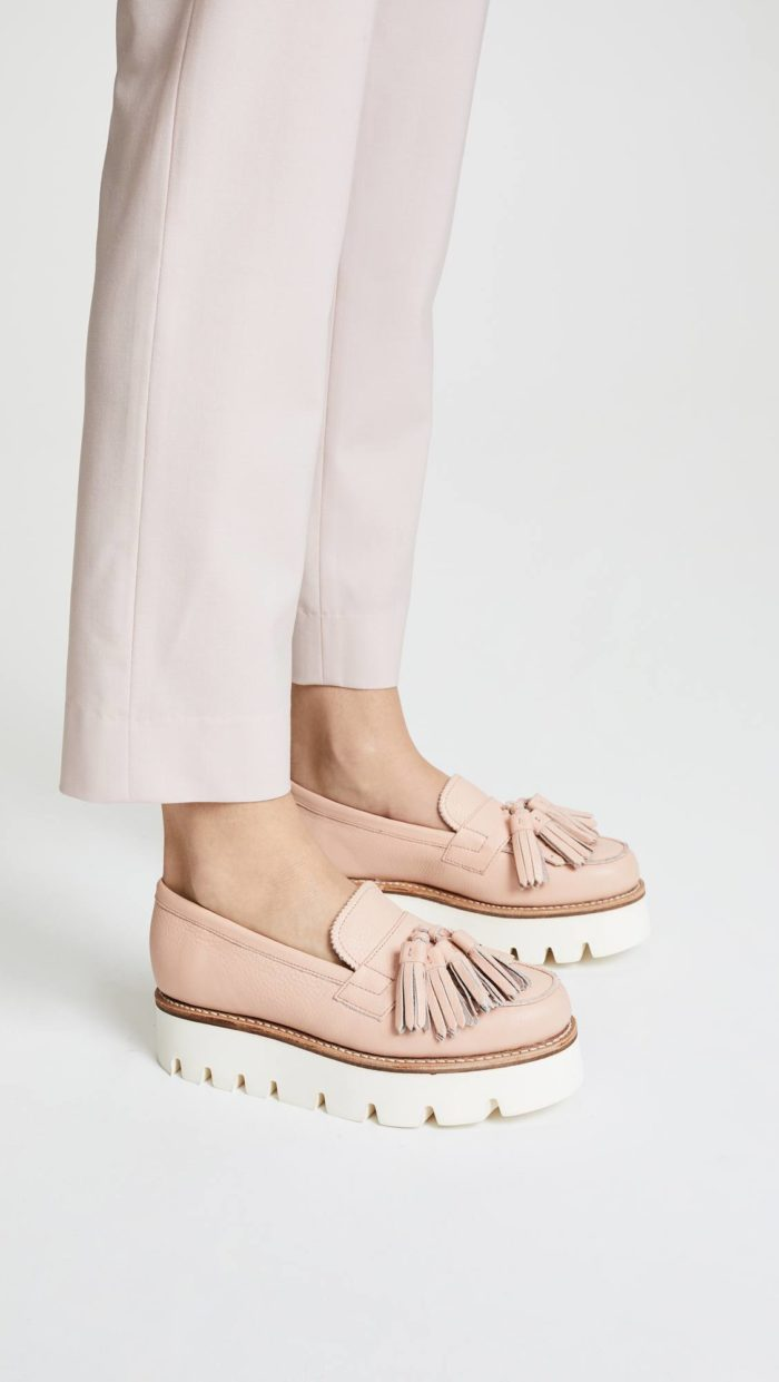 модная женская обувь весна лето: лоферы с декором на платформе