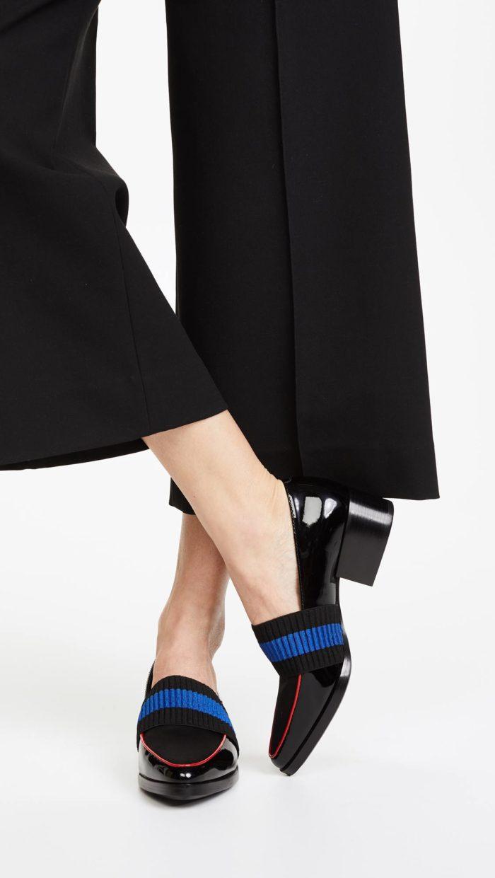 модная женская обувь весна лето: черные лаковые лоферы