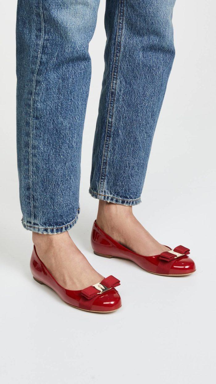 модная женская обувь весна лето: красные балетки с бантами