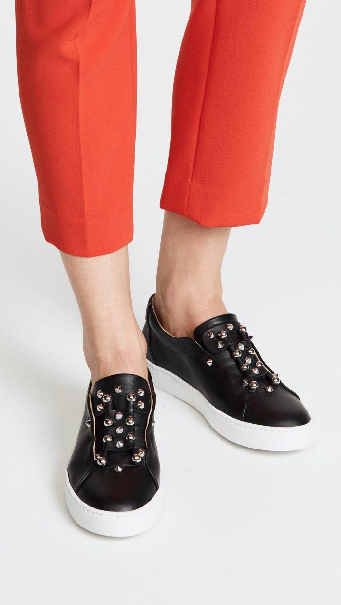 женская обувь весна лето: черные слипоны с декором