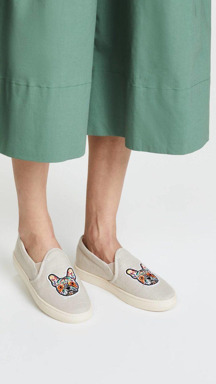 женская обувь весна лето: светлые слипоны с изображением