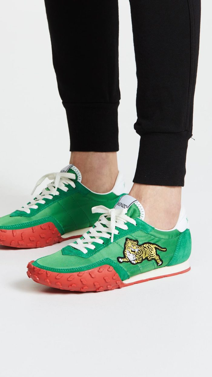 женская обувь весна лето: зеленые кроссовки с декором