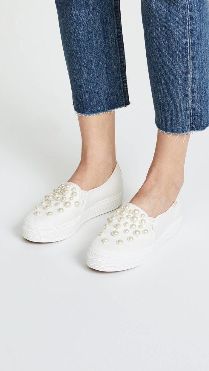 женская обувь весна лето: белые слипоны с жемчугом