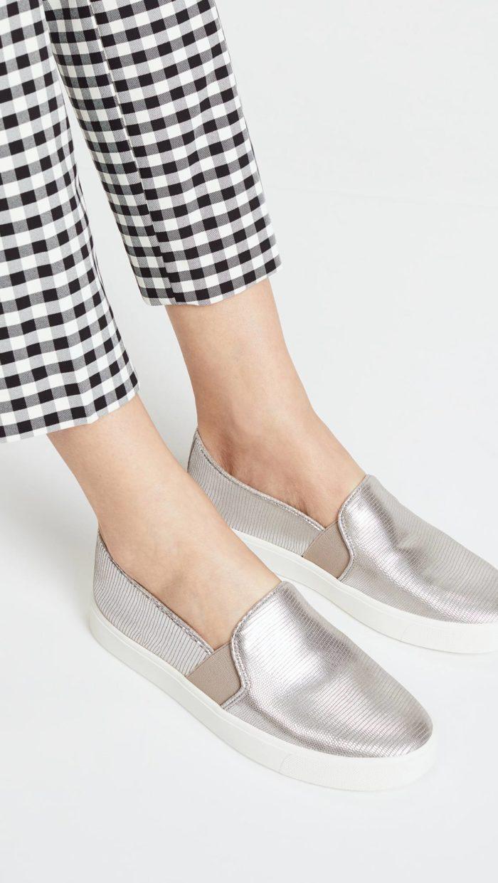 женская обувь весна лето: серебристые слипоны