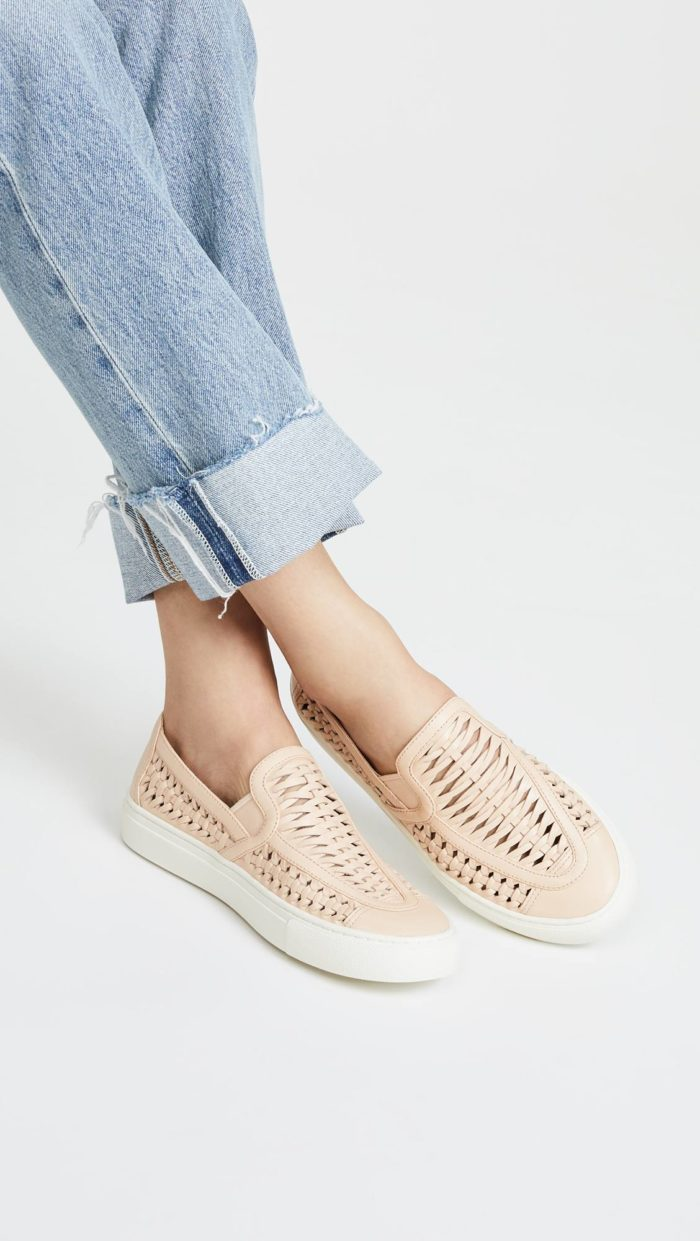 женская обувь весна лето: нюдовые слипоны с перфорацией