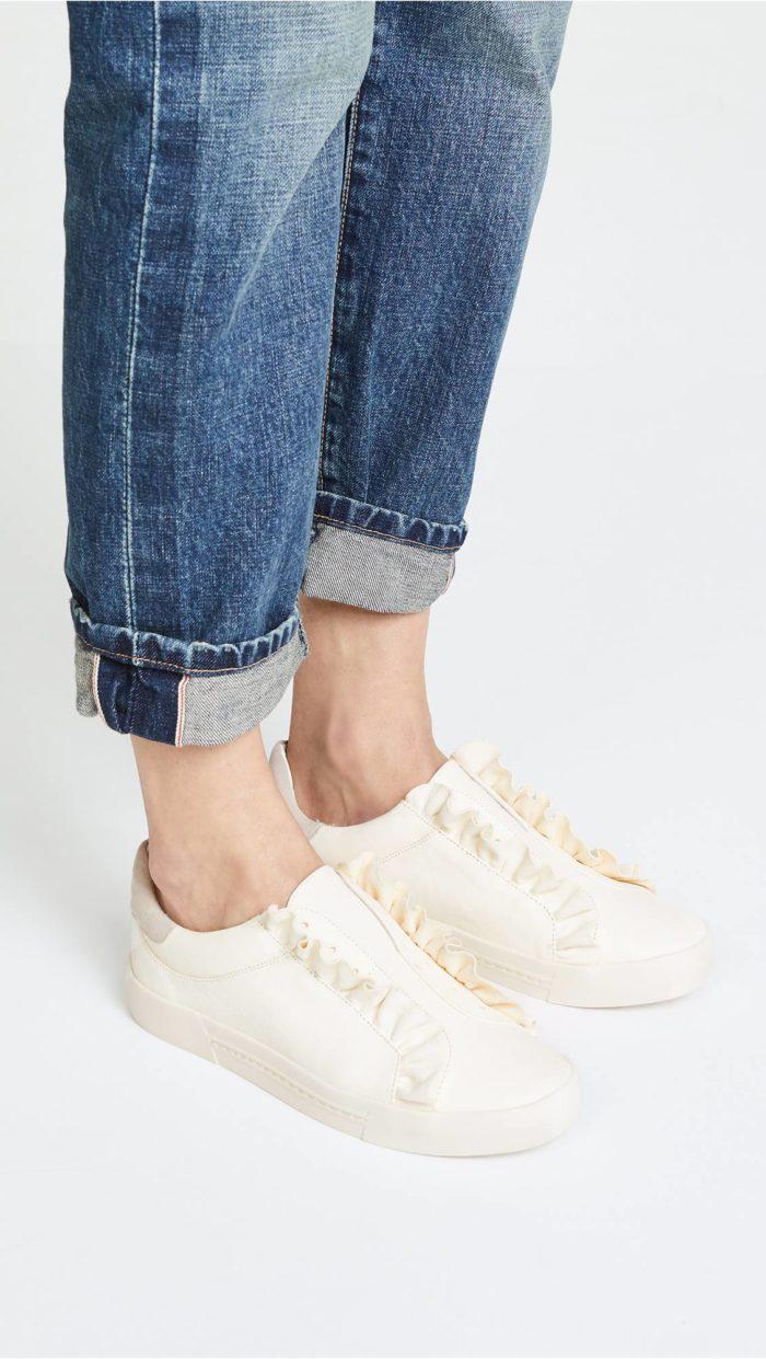 женская обувь весна лето: белые слипоны с рюшами