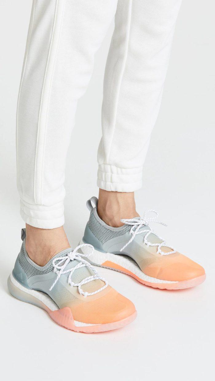 модная обувь весна 2021: двухцветные кроссовки