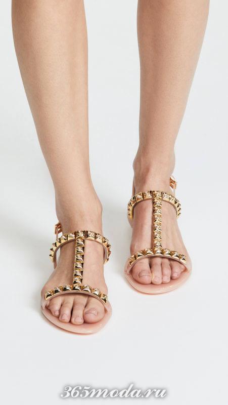 золотые сандалии на низком ходу