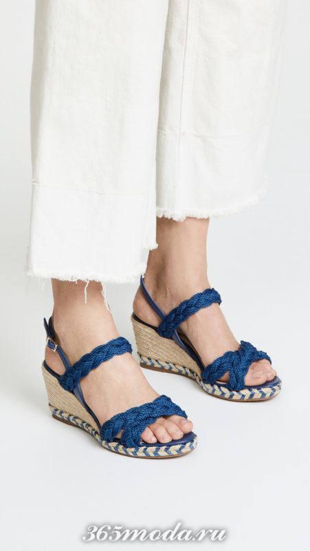 синие сандалии на танкетке