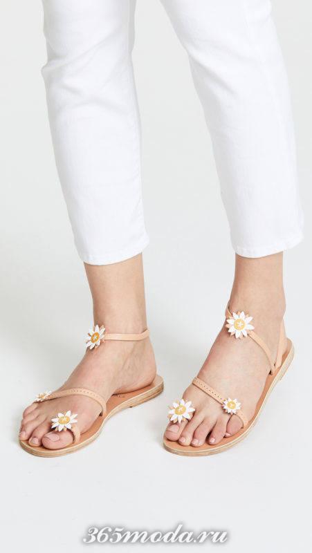 сандалии с декором на низком ходу