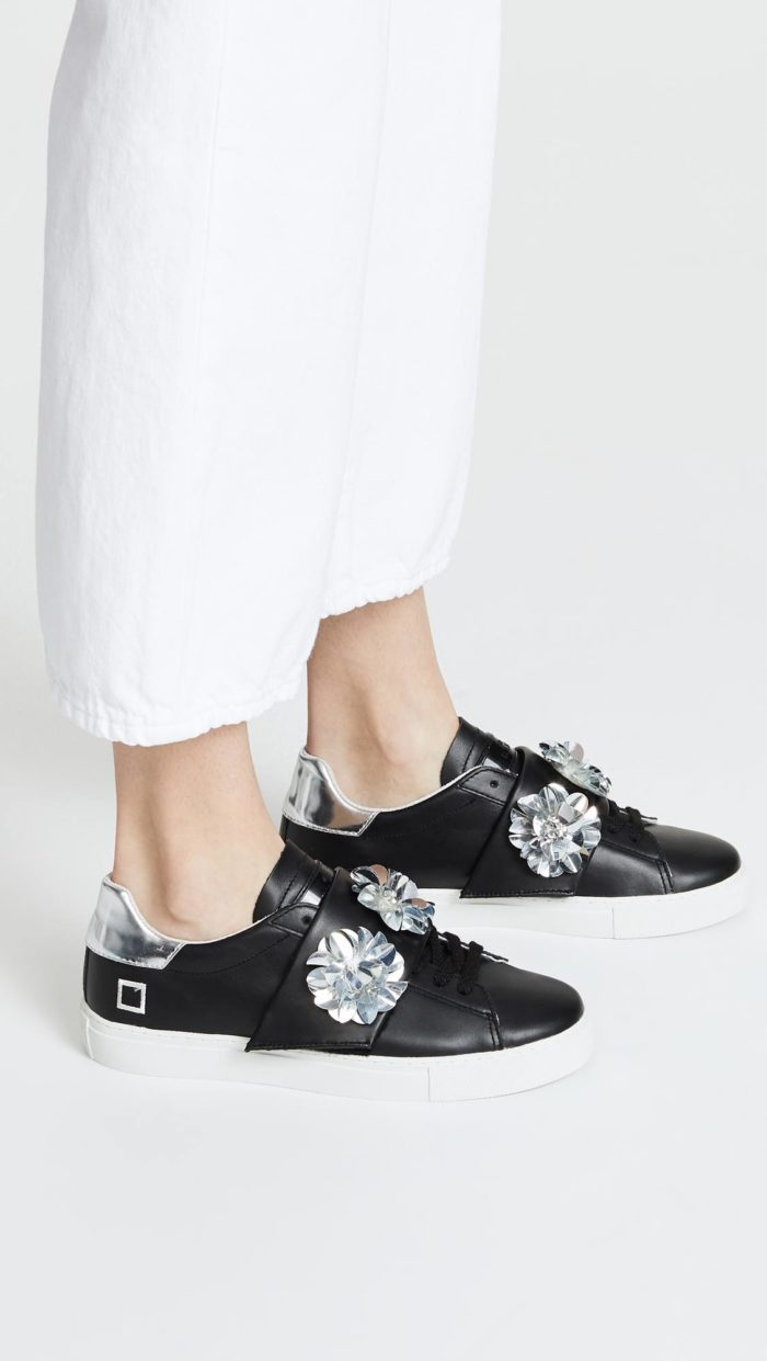 женская обувь весна лето: черные кеды с декором
