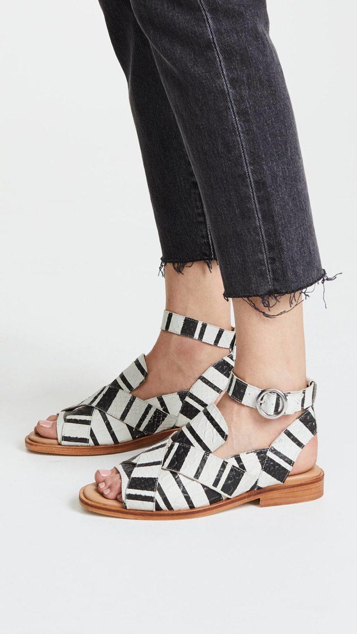 сандалии с принтом и пряжкой