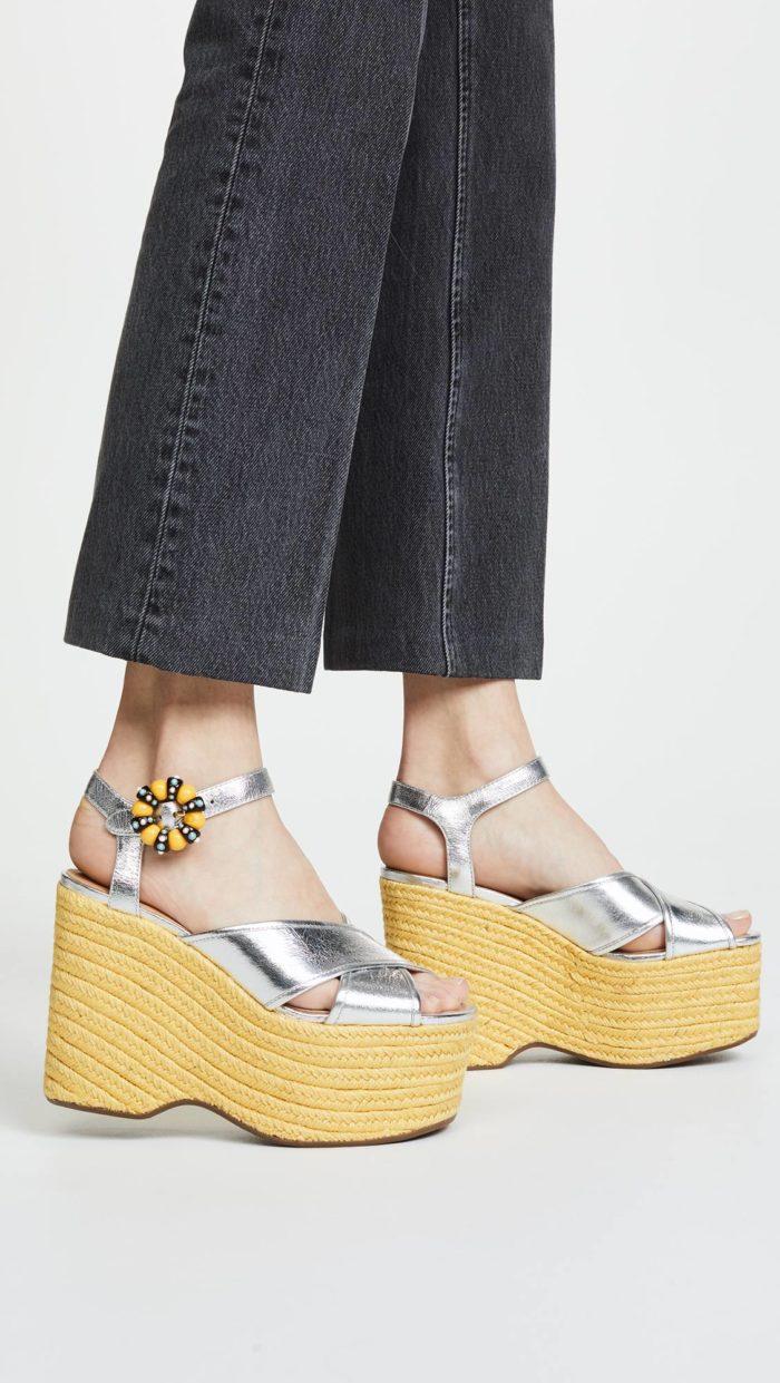 серебристые сандалии на танкетке