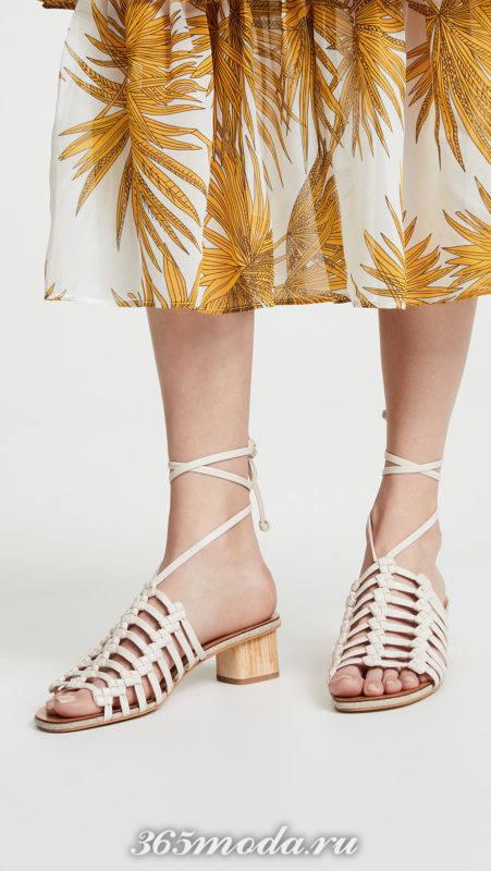 белые сандалии за завязках