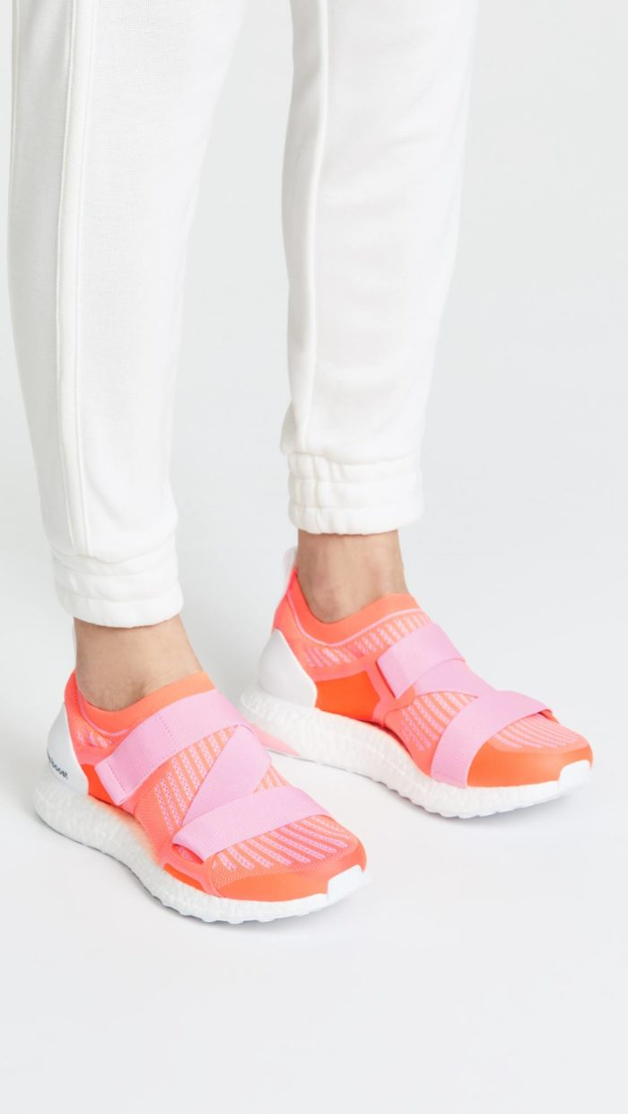 женская обувь весна лето: коралловые кроссовки на липучках