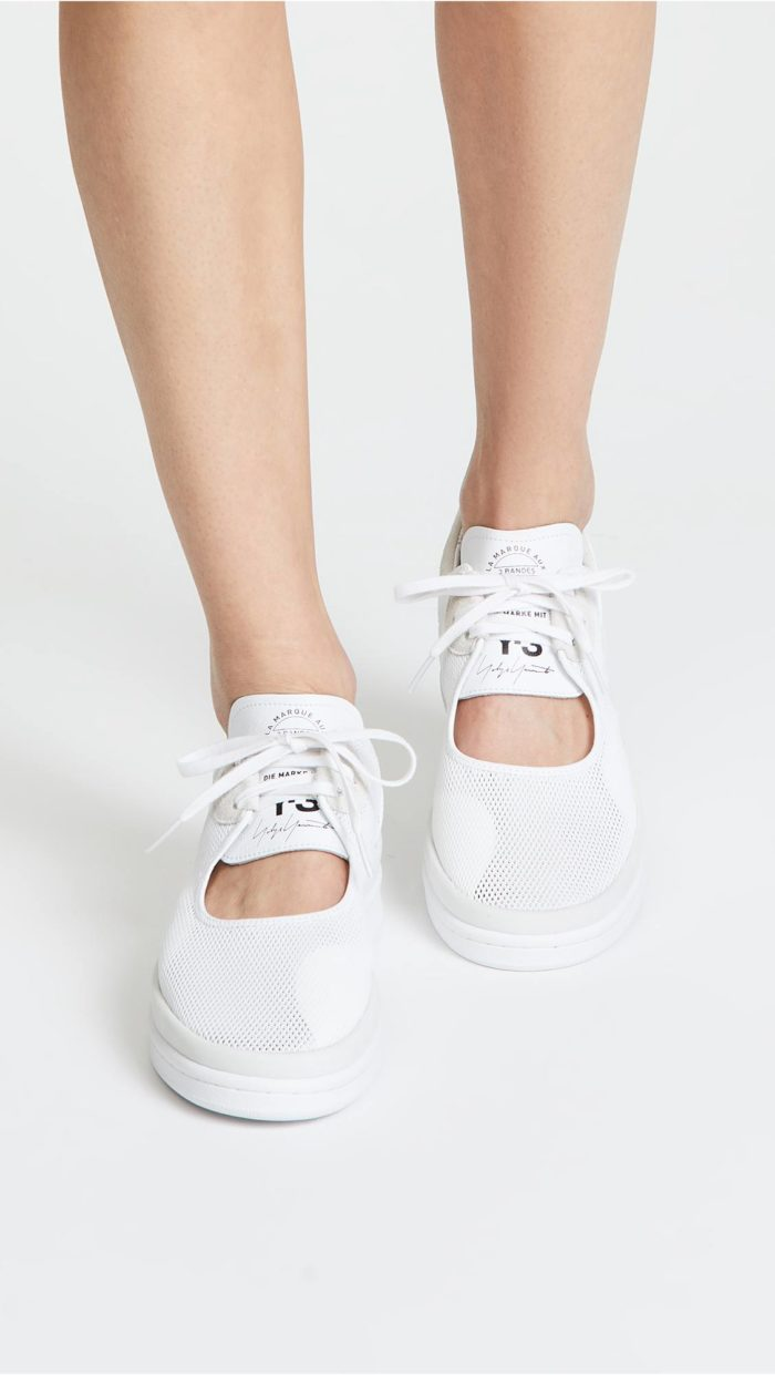 модная обувь весна лето 2021: белые кеды с вырезом