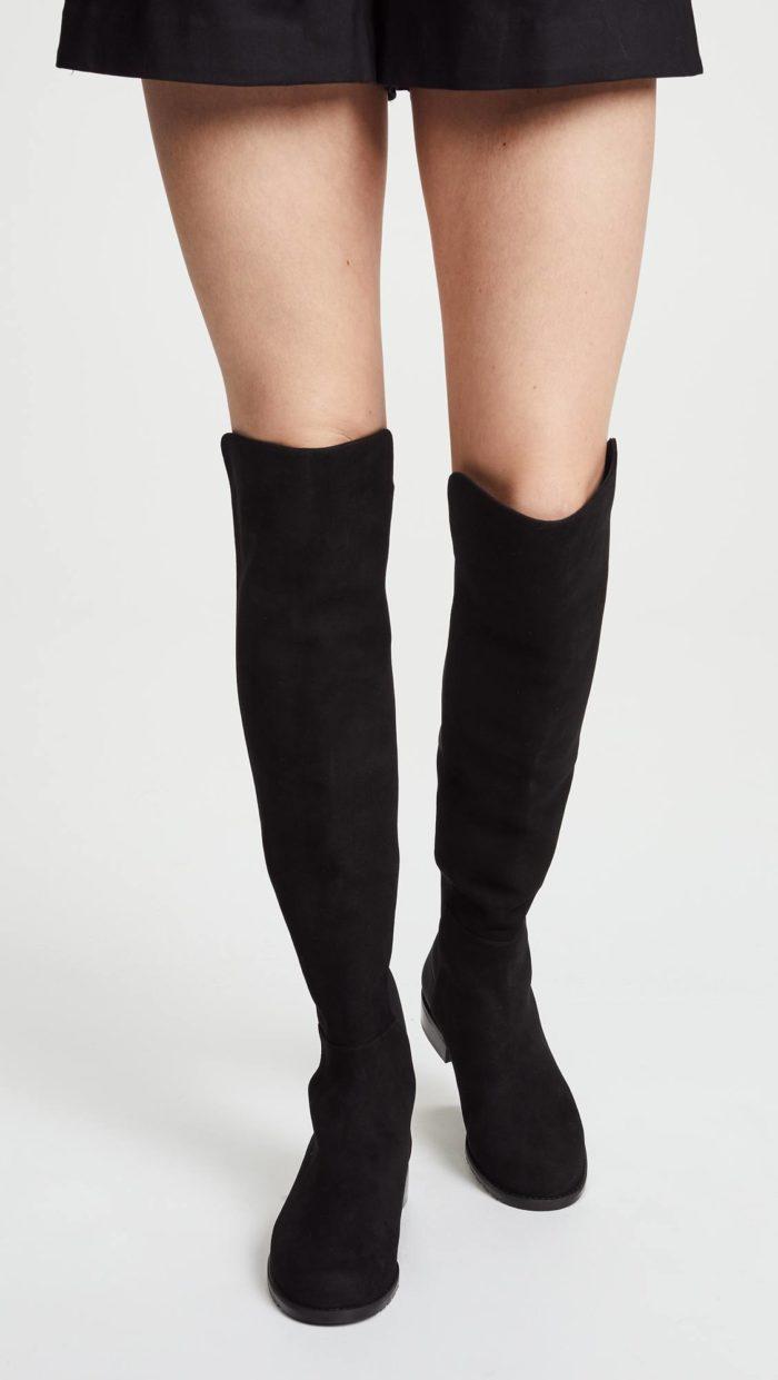 модная женская обувь весна лето: черные ботфорты на низком ходу
