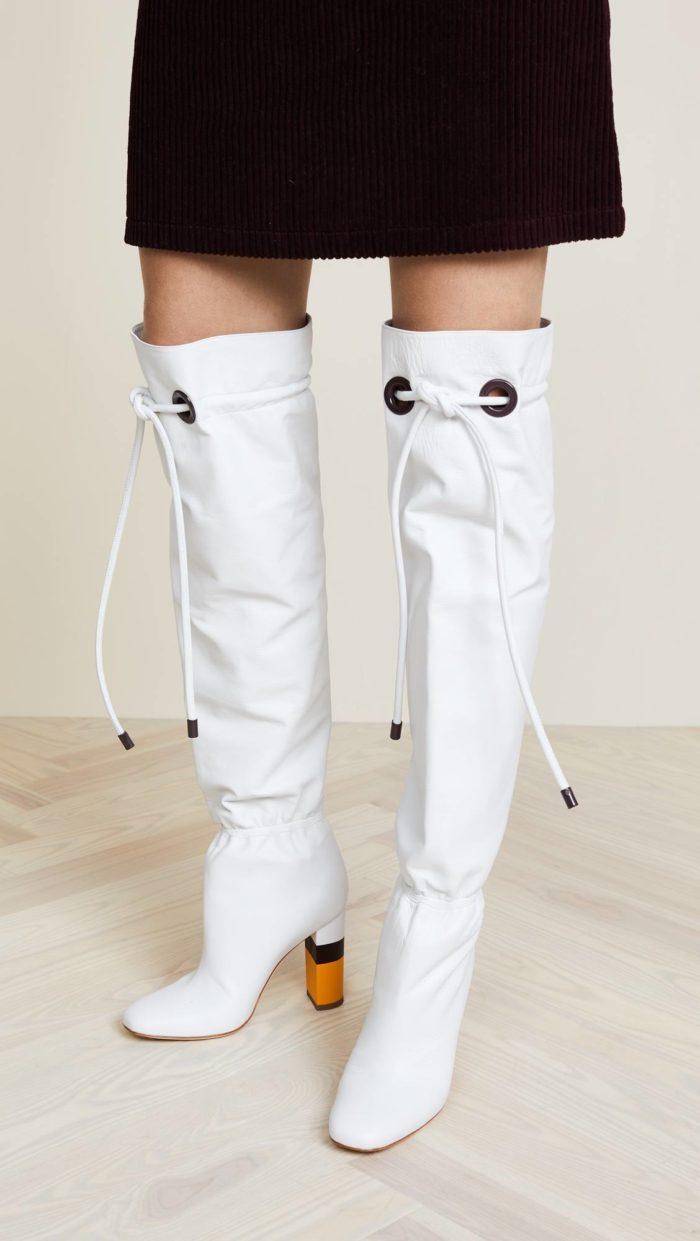 модная женская обувь весна лето: белые ботфорты с декором