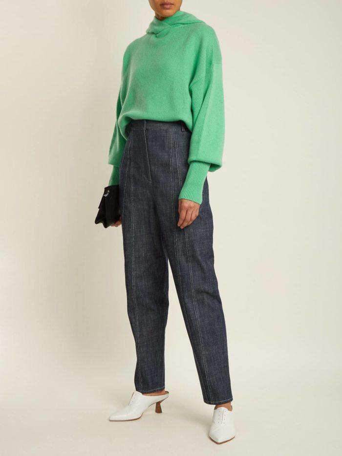 зеленый свитер с серыми брюками