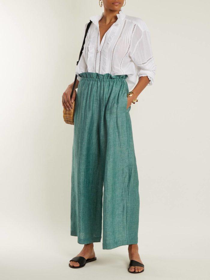 зеленые брюки клеш и белая блуза