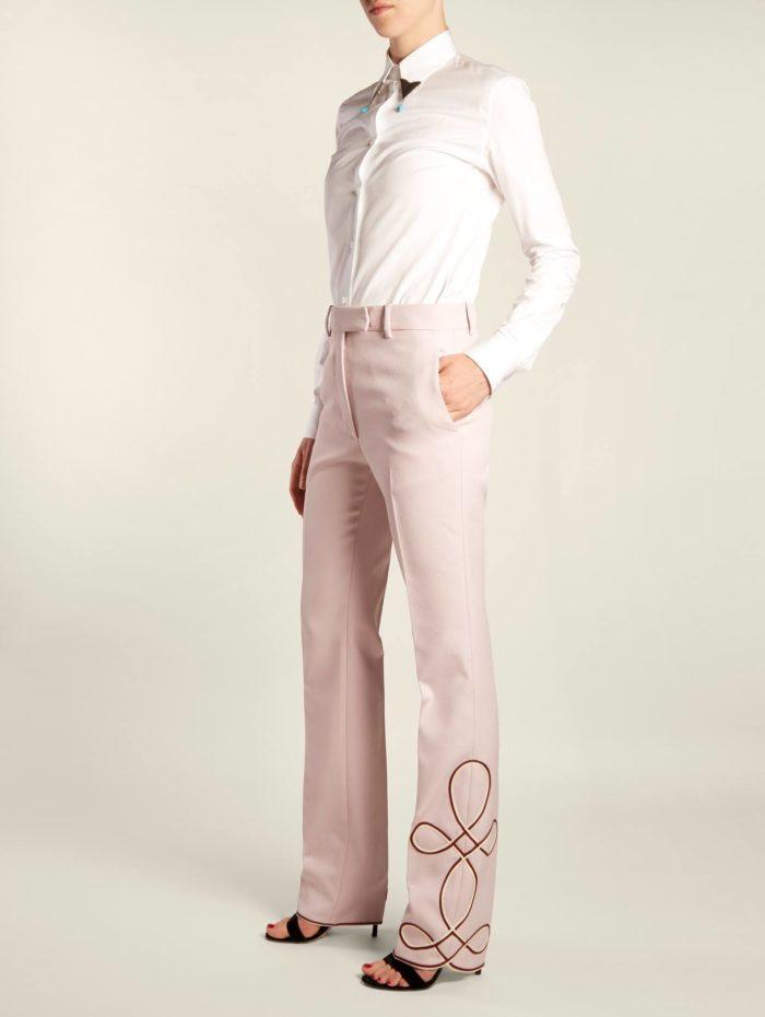 брюки клеш с декором и белая блуза