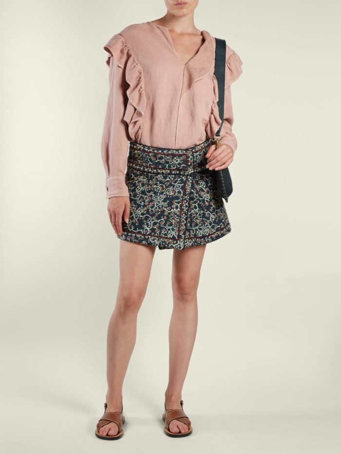 мини юбка и блузка с оборками