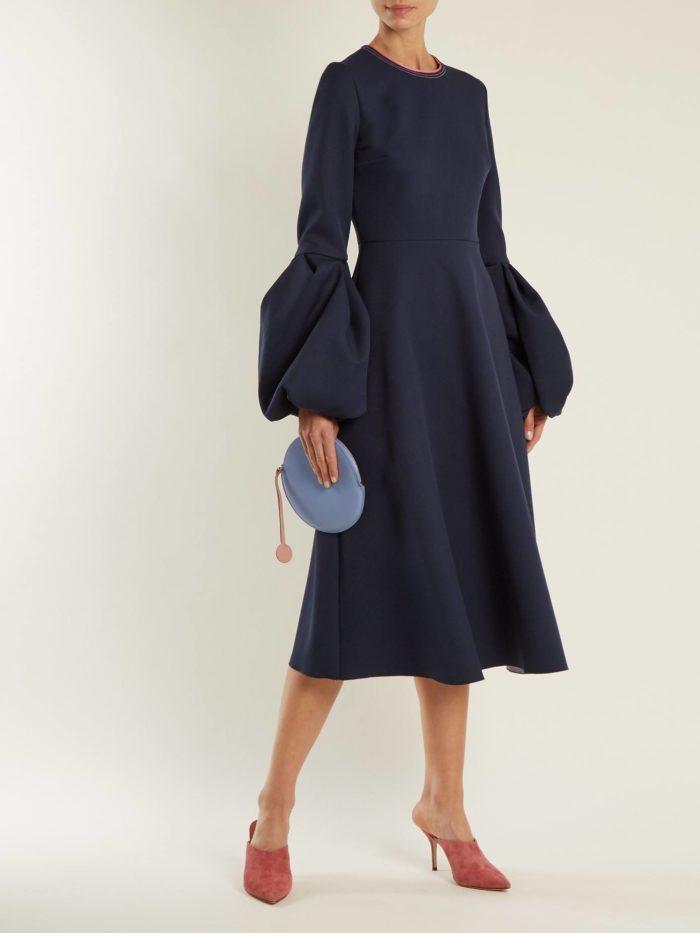 синее платье миди с пышными рукавами