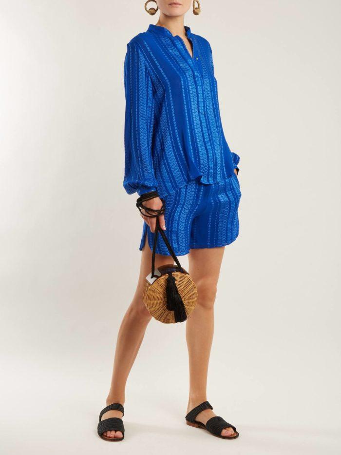 синяя блуза с шортами