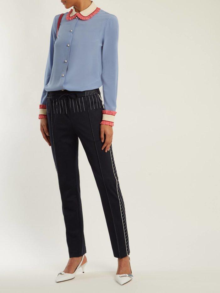 прямые брюки и голубая блуза