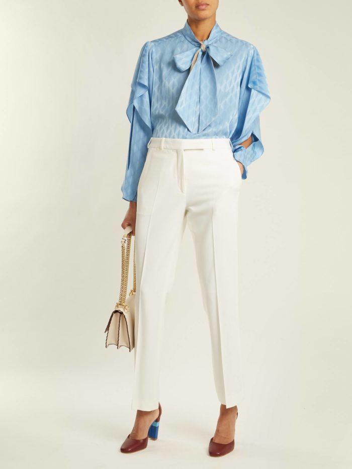 белые брюки и асимметричная блузка с бантом