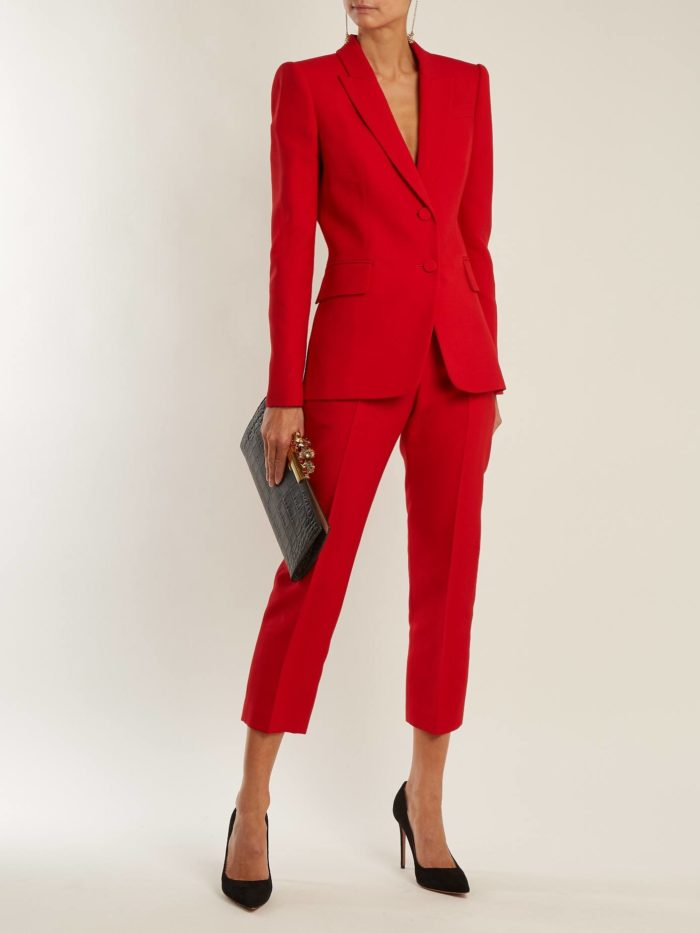 красный костюм с укороченными брюками