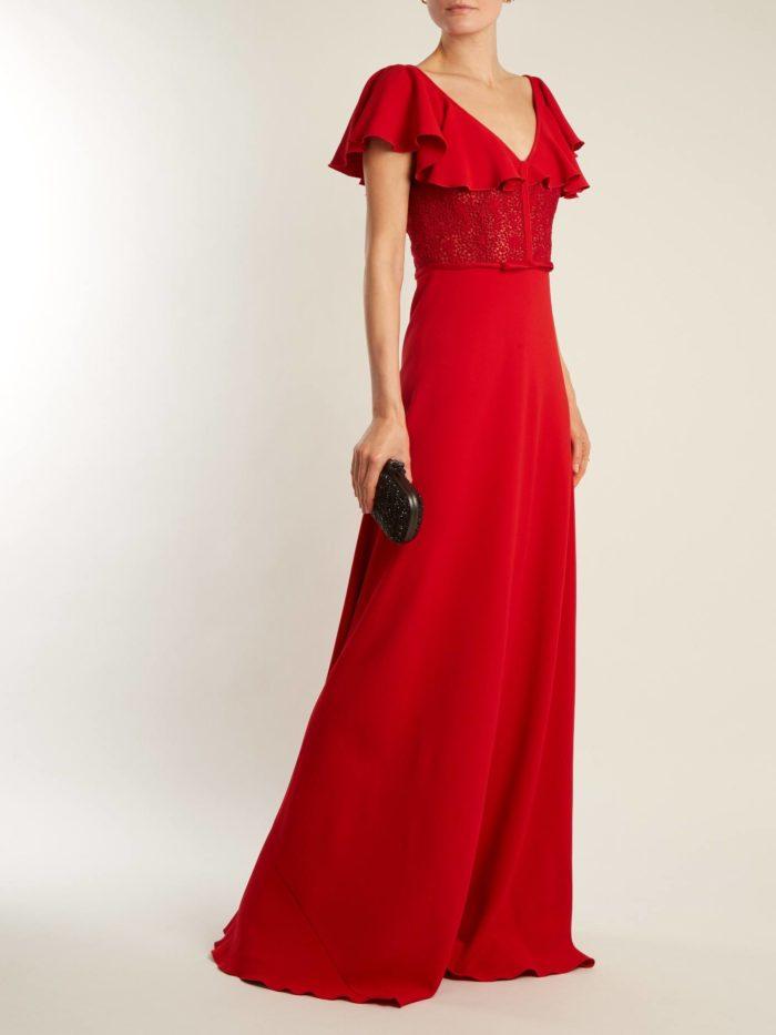 красное макси платье с воланами