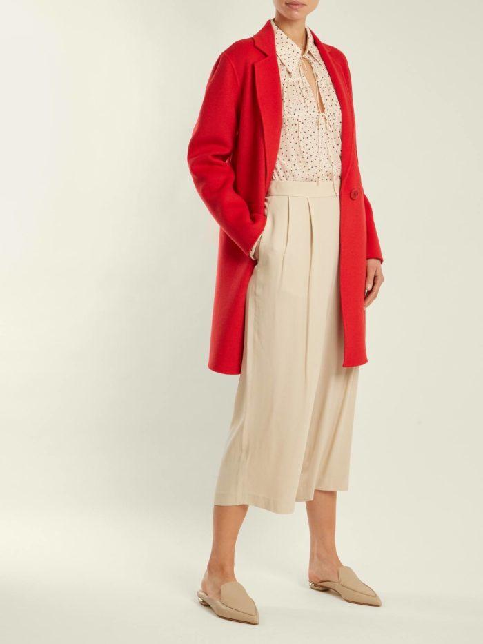красное пальто с молочным платьем