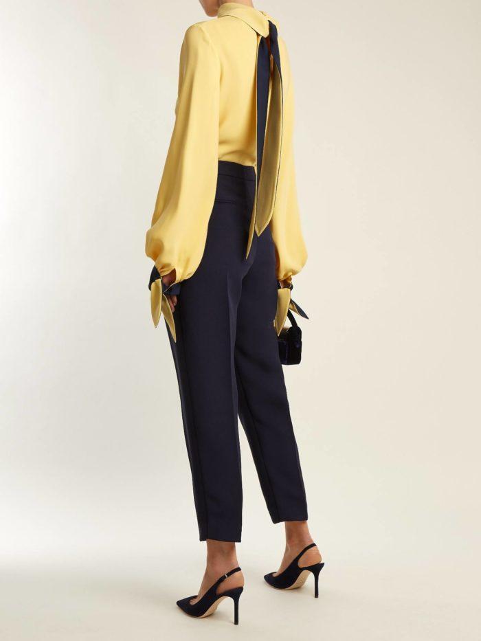 брюки с завышенной талией и блуза с пышными рукавами