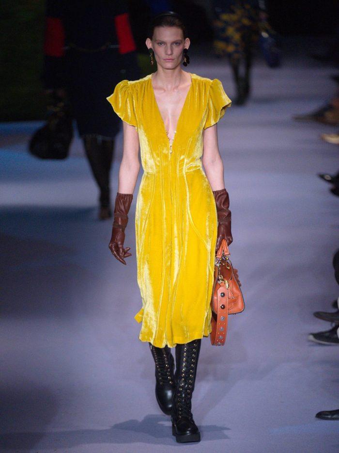 бархатное желтое миди платье