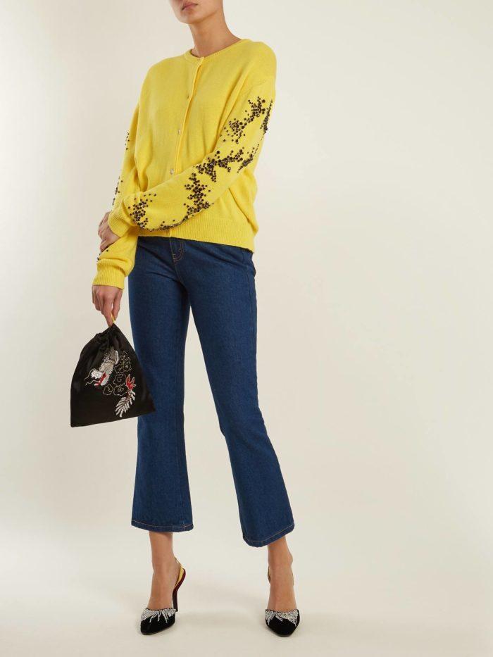 укороченные джинсы клеш и желтый реглан