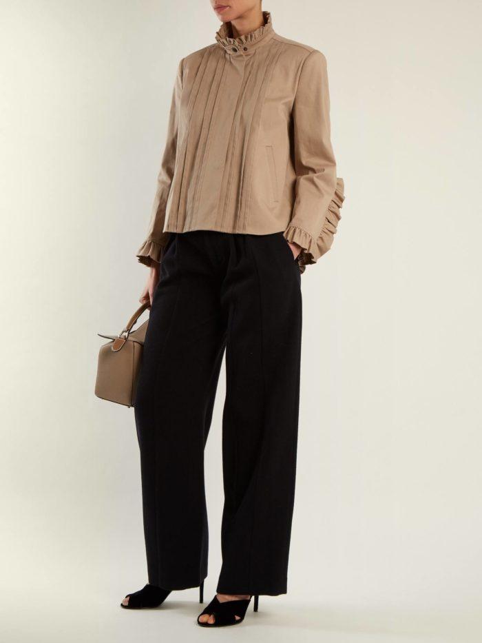 черные брюки клеш и блуза с оборками